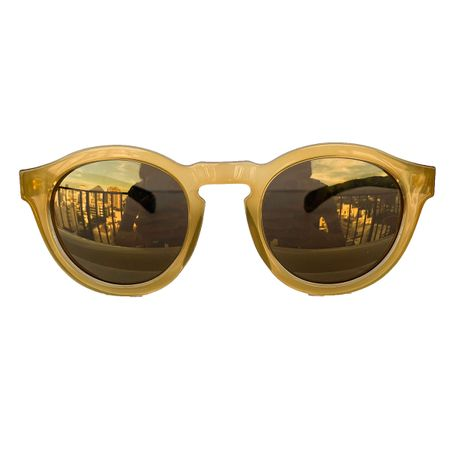 oculos-redondo-amarelo-lente-dourada